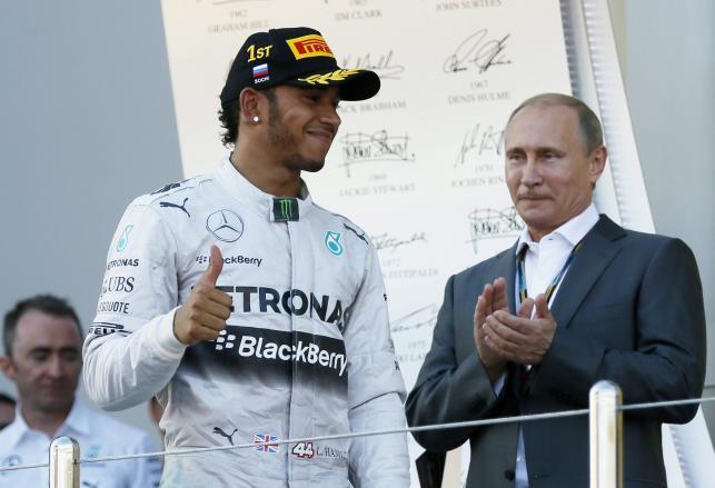 Władimir Putin carem Formuły 1. Wręczał nagrody kierowcom po Grand Prix Rosji
