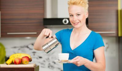 Kobieta nalewająca kawę