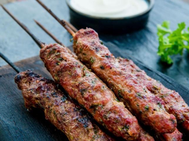 Szaszłyk jagnięcy z grillowanymi pomidorami i TABASCO®