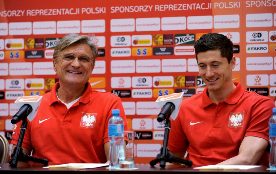 Trener reprezentacji Polski Adam Nawałka (L) i piłkarz Robert Lewandowski (P) podczas konferencji prasowej w Warszawie