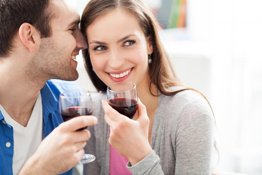 Para pijąca czerwone wino