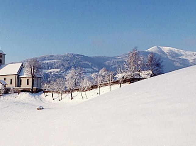 Karyncki kościółek na tle Alp