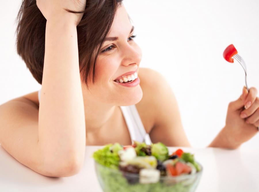 Kobieta je sałatkę warzywną
