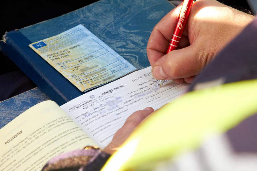 Policjant wypełnia dokumenty