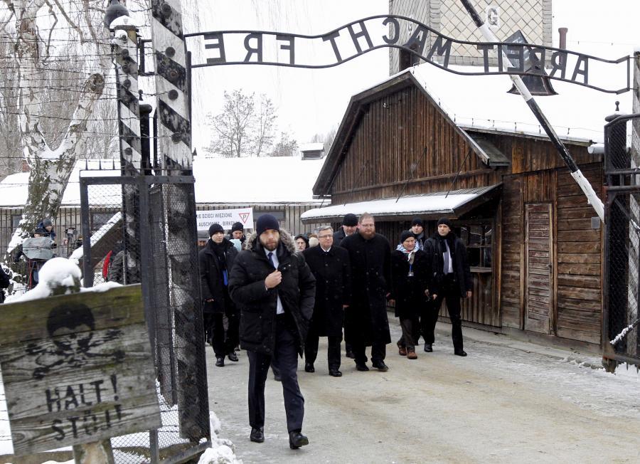 Byli więźniowie niemieckich obozów, prezydent Bronisław Komorowski i dyrektor Państwowego Muzeum Auschwitz-Birkenau Piotr Cywiński podczas uroczystości 70. rocznicy wyzwolenia KL Auschwitz