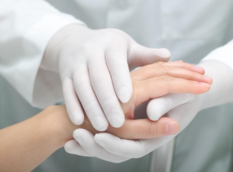 Lekarz trzyma dłoń pacjenta