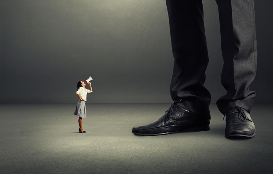 Kobieta zdominowana przez mężczyznę