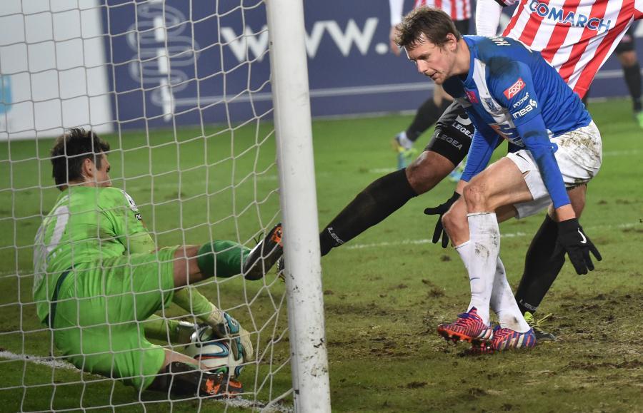 Bramkarz Cracovii Krzysztof Pilarz (L) atakowany przez Kaspra Hamaiainena z Lecha Poznań podczas meczu polskiej T-Mobile Ekstraklasy