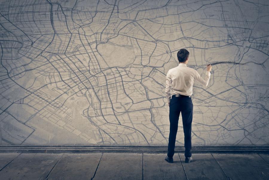Mężczyzna przed planem miasta