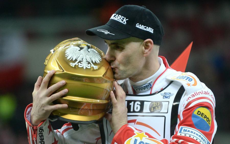 Tomasz Gollob całuje złoty kask po żużlowym Grand Prix Polski na Stadionie Narodowym w Warszawie, 18 bm. Gollob, dla którego był to prawdopodobnie ostatni występ w GP, startował dzięki \