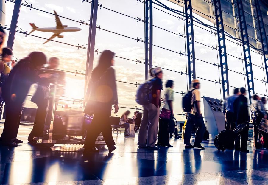 Pasażerowie w hali odlotów na lotnisku