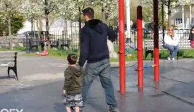 Mężczyzna z dzieckiem na placu zabaw
