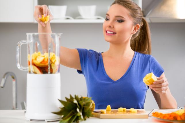 Kobieta przygotowująca koktajl
