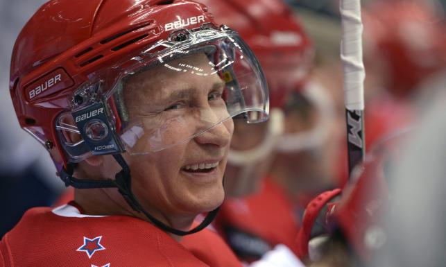 Władimir Putin strzelił 8 goli w meczu z byłymi gwiazdami NHL. ZDJĘCIA
