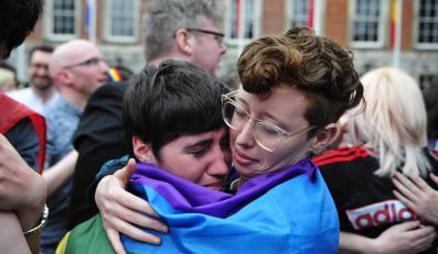 Para lesbijek cieszy się z wyniku referendum