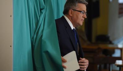 Prezydent Bronisław Komorowski głosuje w obwodowej komisji wyborczej nr 57 w Warszawie