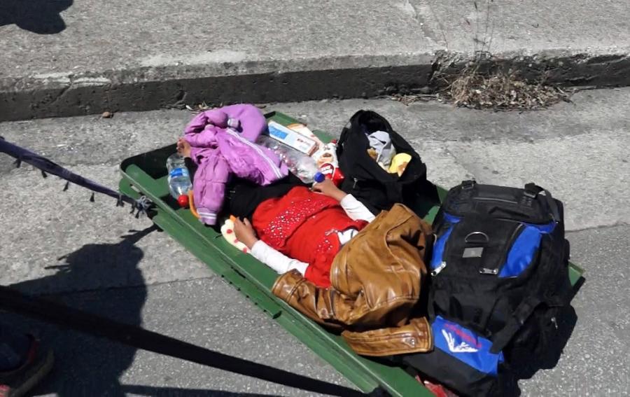 Walizka syryjskiego uchodźcy na greckiej wyspie Lesbos, w środku śpi dziecko...