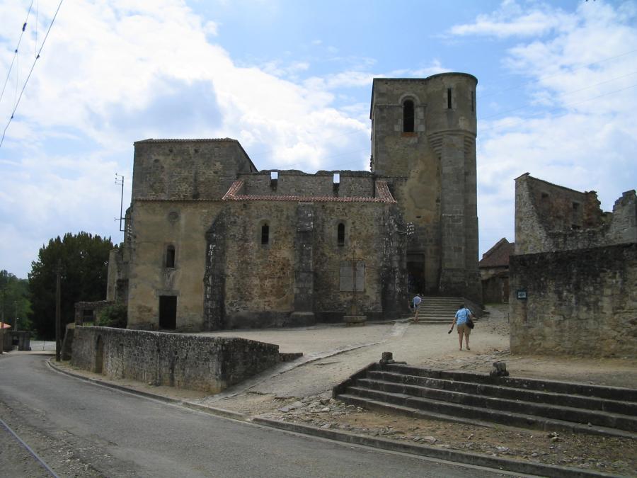 """Oradour-sur-Glane, ruiny kościoła. (fot. """"Oradour-sur-Glane-Church-1295"""", autor: Dna-Dennis, Wikipedia)"""
