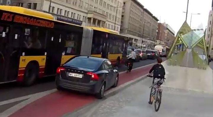 Kierowca jeżdżący po ścieżce rowerowej w Warszawie