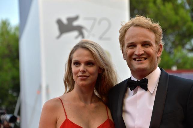 """Jason Clarke z żoną na premierze """"Everestu"""" w Wenecji"""