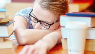 Nastolatka zasnęła na lekcji