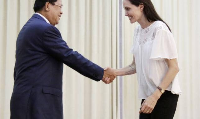 Coraz mniej ciała, zero makijażu. Angelina Jolie u premiera Kambodży