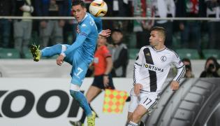 Piłkarz Legii Warszawa Tomasz Brzyski (P) i Jose Callejon (L) z SSC Napoli