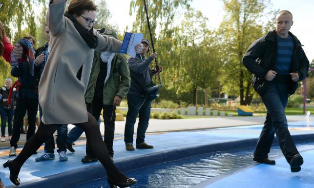 Ewa Kopacz w plenerowej siłowni. Tak premier skakała przez fontannę [ZDJĘCIA]