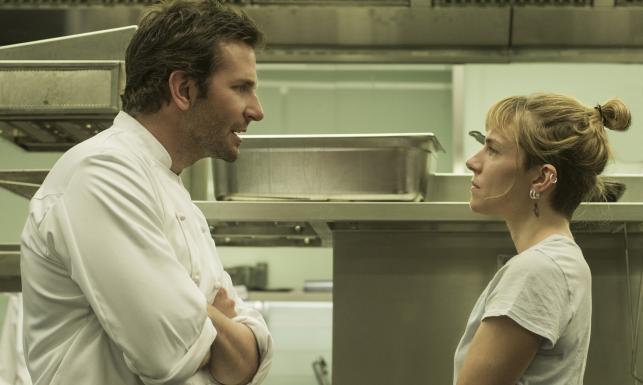 Bradley Cooper szaleje w kuchni jak Ramsay i Amaro w jednym [ZDJĘCIA, WIDEO]