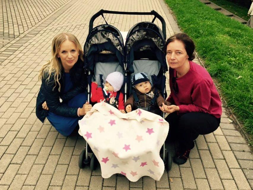 Barbara Sienkiewicz z dziećmi i Marzena Rogalska