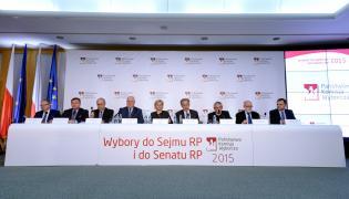 Członkowie Państwowej Komisji Wyborczej podczas ogłaszania ostatecznych wyników wyborów parlamentarnych