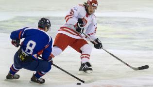 Gracz reprezentacji Polski Michael Cichy (P) i Koreańczyk Sanghoon Shin (L) w meczu turnieju EIHC hokeja na lodzie w Katowicach
