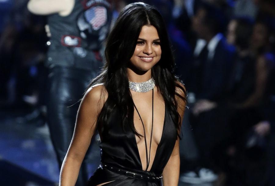 Selena Gomez podczas występu na pokazie bielizny Victoria's Secret