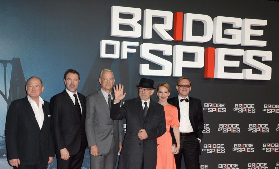 """Twórcy """"Mostu szpiegów"""": Burghart Klaussner, Sebastian Koch, Tom Hanks, Steven Spielberg, Amy Ryan i Mikhail Gorevoy"""