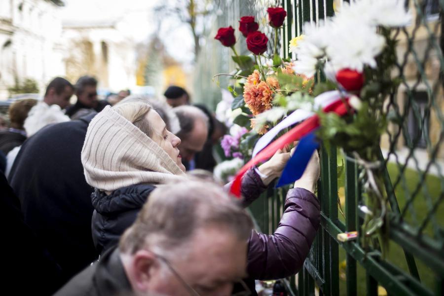 Świat w szoku po zamachach w Paryżu