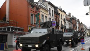 Pojazdy wojskowe na ulicach Brukseli, obok miejsca gdzie odbywa się szczyt UE-Turcja