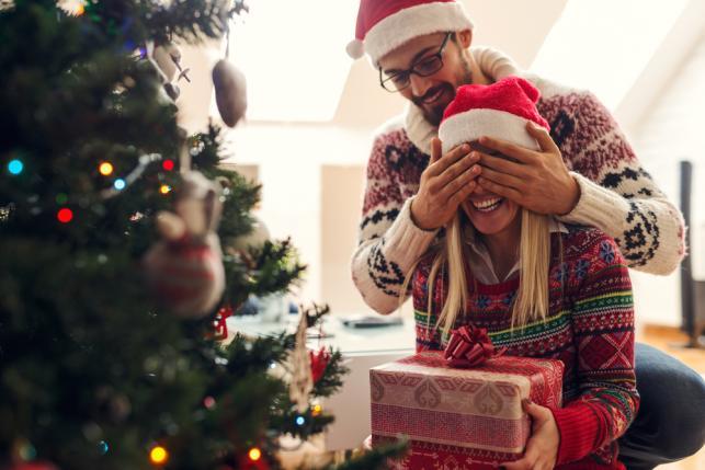 Rozpakowywanie prezentów poda choinką