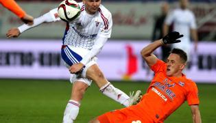 Zawodnik Górnika Zabrze Aleksander Kwiek (L) w pojedynku o piłkę z Patrykiem Frycem (P) z Termaliki Bruk-Bet Niecieczy