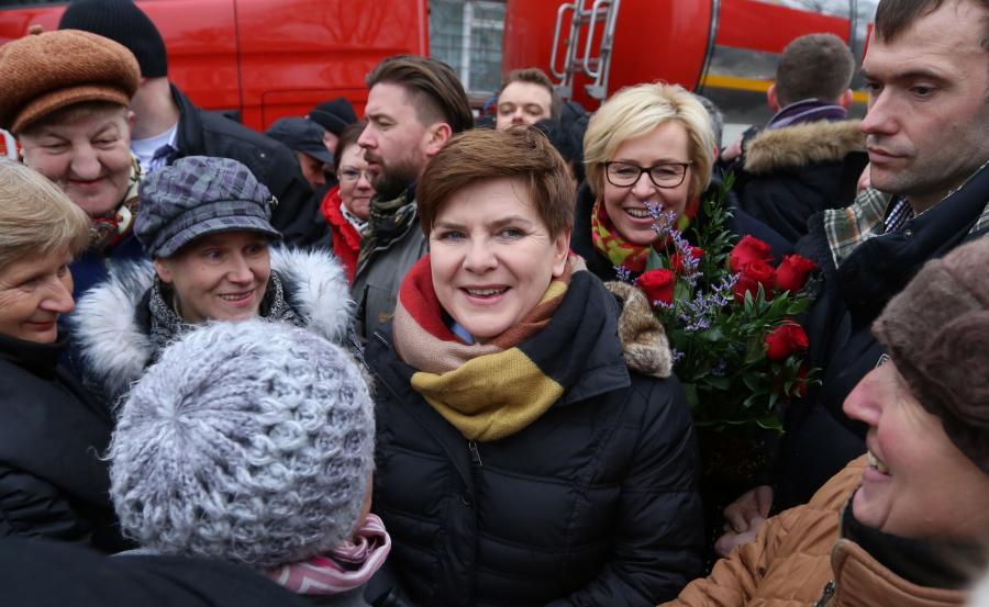Premier Beata Szydło i eurodeputowana PiS Jadwiga Wiśniewska rozmawiają z mieszkańcami Kuźnicy Grodziskiej k. Koniecpola na Śląsku