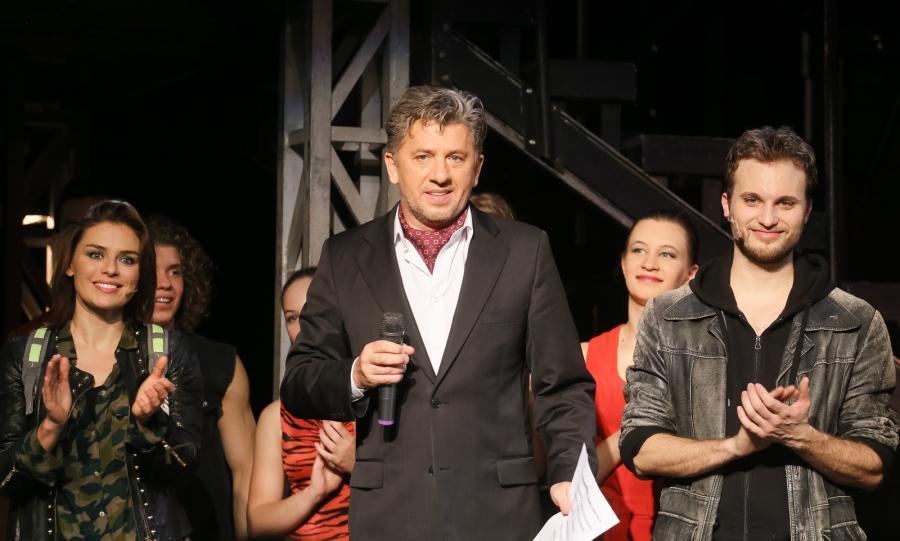 Janusz Józefowicz, Natasza Urbańska i Jan Traczyk na scenie po jubileuszowym spektaklu