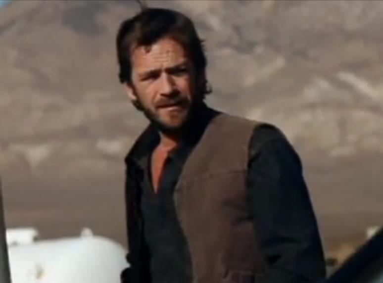 Luke Perry w świątecznym klipie Killersów