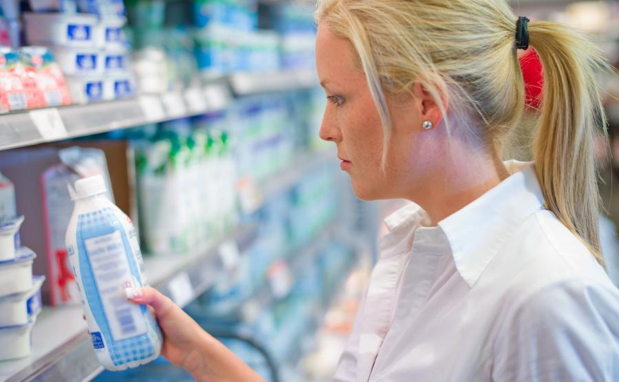 Kobieta kupuje mleko