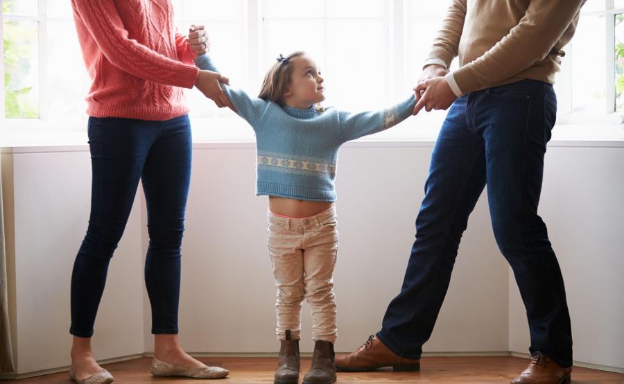 Rozwodzący się rodzice i dziecko