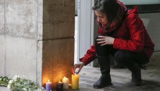 Świece przed stacją Maelbeek w Brukseli w której doszło do zamachu