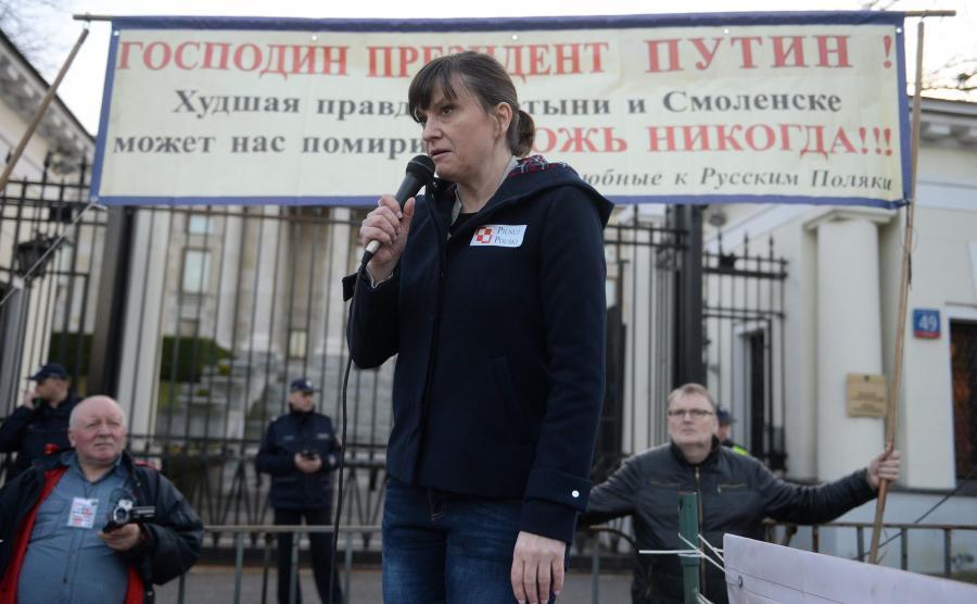 Ewa Stankiewicz przed ambasadą Rosji