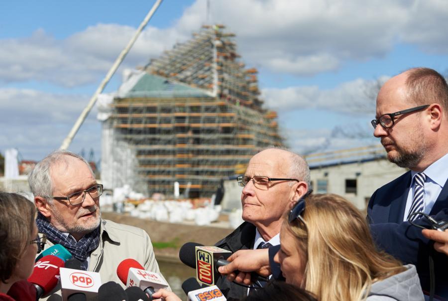 Prezydent Gdańska Paweł Adamowicz (P) i członkowie Rady Powierniczej Muzeum II Wojny Światowej Jacek Taylor (C) i Grzegorz Fortuna (L)