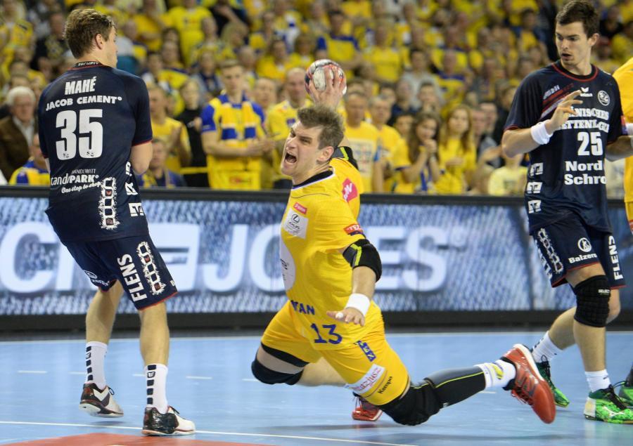 Zawodnik Vive Tauron Kielce Julen Aguinagalde (C) i Kentin Mahe (L) z SG Flensburg-Handewitt podczas rewanżowego meczu ćwierćfinałowego Ligi Mistrzów w piłce ręcznej mężczyzn