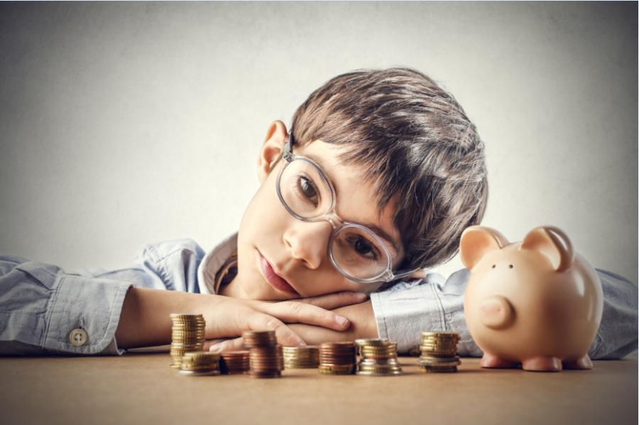 Kupić kolejną zabawkę czy założyć książeczkę mieszkaniową? Kiedy zacząć wprowadzać dziecko w świat finansów?