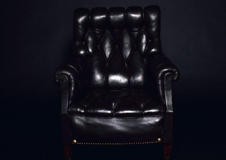 Fotel, na którym sfotografowany miał być Grzegorz Schetyna