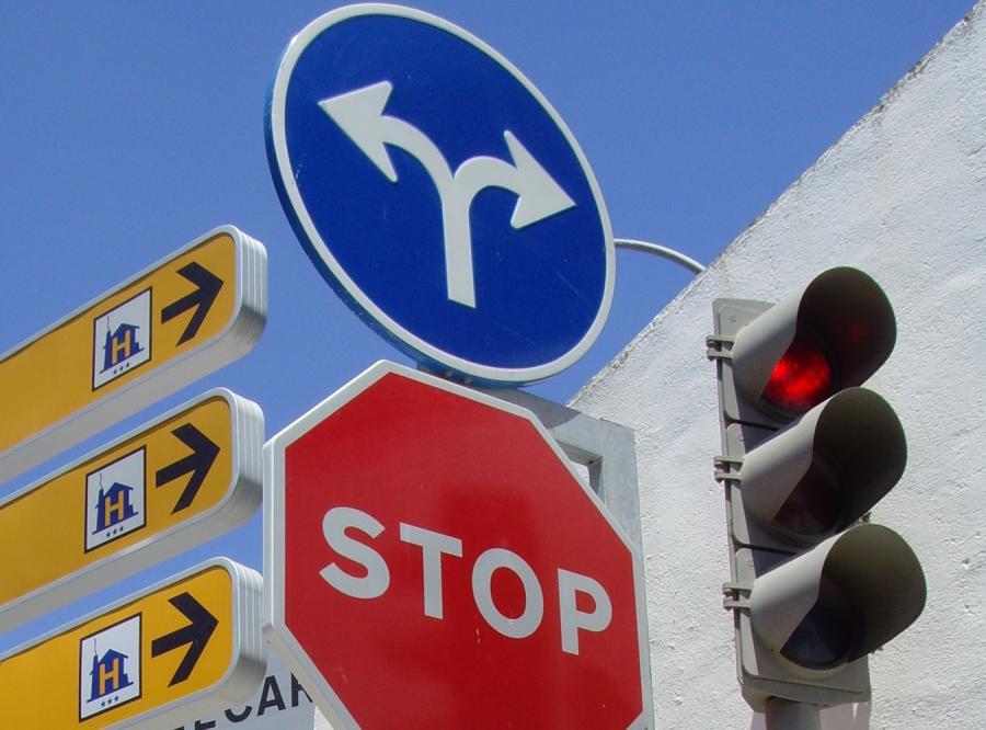 Sposób na wypadki - usunąć znaki drogowe